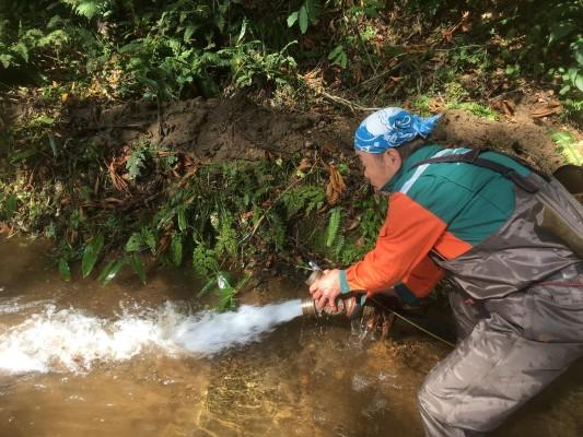 181013落ち葉や泥を放水ホースで除去ー人工産卵床ー石徹白漁協